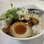台湾料理故宮 - 魯肉飯(ルーローハン)煮卵付き 肉味噌かけご飯ですが、五香粉のスパイスの香りが良いです♪ パクチーがもう少し欲しくなります。