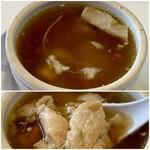 台湾料理故宮 - 人参鶏(ジンシンコエ) 朝鮮人参のスープ、鶏肉がゴロゴロと入り、その出汁が良く出ています。 口の周りがキラキラと輝いてます(笑) 味としては普通ですが身体にはとても良さそうです♪