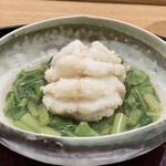 151650228 - 岩手県産のアイナメのから揚げ アイナメの白い揚げあがり、器の中で周りの山菜の緑色と美しいコントラストを醸し出しています。 皮付きのまま揚げたアイナメの上品な旨みとふっくらとした食感に、長野県の天然の山菜のシャキシャキさが対照的、この相反する食感を一緒にいただくのはとても楽しさがあります。