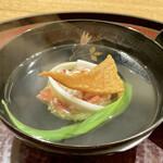 151650236 - オホーツクのタラバ蟹の真薯                         タラバ蟹の身がたっぷりで甘味がお出汁に出てとても良い味わい、バチコの炙りが汁物にはとても合います。                         とても美味しい煮物椀です。                          うるいのシャキッとした食感も良いです。