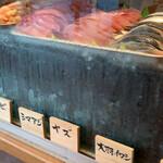 151654955 - ネタケースには20種類程のお魚                       2020/5 by  みぃこのごはん日記
