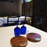 151664198 - ブルーのグラスが目を引くテーブル