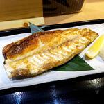 沼津海いち - レモンを絞ると… 脂の乗った身と見事に調和する。スタンダードながら最高の味わい