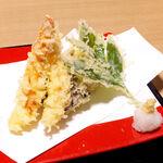 沼津海いち - 天ぷらは衣も軽やか。海老は大型でこそないが、いかにも天然の香りがして美味