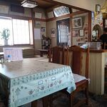 Coffee & Restaurant Cherry - テーブル席と、奥に小上がり