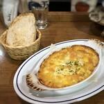 FIGO - シーフードマカロニグラタンとパン。