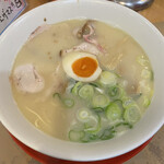 151680892 - きれいに白濁したとろさらスープ。ミルキーですが脂っこくありません。不思議!