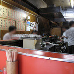 龍園 - 城南線沿いのKKRホテル博多の並びにある昔ながらの中華屋さんです。カウンター席のみ。