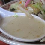 龍園 - 炒め野菜の旨みと、煮込んだチャンポン麺の澱粉のトロミが加わり、独特のコクを生み出してます。