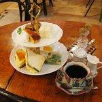 カフェ デュ カシュ・カシュ - ランチ・アフタヌーンティー 2段プレート(自家製ケーキ・生春巻き・ホットサンド・マリネなど) ドリンク付