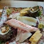 三春寿司 - 刺身の盛り合わせ。中央が金目鯛