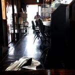 町田汁場 しおらーめん進化 - 店内はL字カウンター。 4人掛けテーブルが2つ。