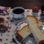 ホワイトバーチ - モーニングセット、ゆでたまごと、マスターの焼いた食パンやお手製ジャムです。