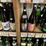 小山商店 - ドリンク写真:日本酒の棚 一部