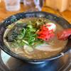 無鉄砲 - 料理写真:とんこつラーメン・半熟味玉入り 辛子高菜と紅生姜入れてみた
