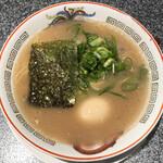 博多長浜 カウンターアタック - とんこつラーメン(700円)+半熟煮玉子(120円)