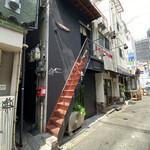 ヤタラ スパイス - 急で細い階段を登って、お店は2階