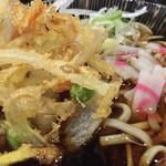 嵯峨谷 - 辛いそばツユに浸かった天ぷらもまた辛い