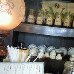 菰野 珈琲倶楽部 - 瓶がたくさんならんでいます。
