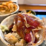 千力 - 食べくらべ 1200円(税込) かきあげ丼 しお、生マグロの漬け丼 サラダ、香物、赤だし付き