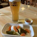 151810476 - 生ビールとピクルス