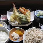 そば処冨久屋 - 友達がたのんだ天ぷら定食(私のより豪華なものをたのんだー)