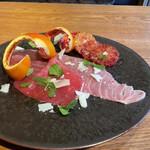 イタリア料理マメトラ - 大トロ、中トロ、赤身がひとつとなった地中海産本鮪 広島県産ブラッドオレンジ ペコリーノチーズとミント