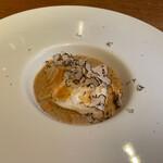 イタリア料理マメトラ - トリュフのスープ ミルクの泡 パイ生地 イタリア産サマートリュフ