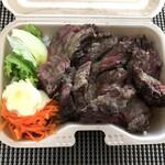 ビーフマン - ◆ステーキ弁当(680円)・・蓋を開けて、あらビックリ。思った以上に「お肉」が多い。 小量の「キャロットラペ」と「レタス」添え。