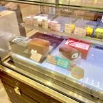チョコレートショップ 博多の石畳 - ショーケース(石畳ケーキランキングNo.2,3)