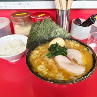 どんとこい家 - 料理写真:昼めしセット900円 チャーシュー2枚、のり5枚、味玉、ライス小