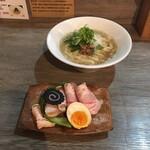 ラァメン コハク - 料理写真:背脂煮干しラーメン 800円