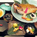割烹 三州家 - お食い初めセット(10,800円) 大きな鯛姿焼が付いた、お食い初めのコースです。