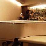 BAR グランジュッテ - ピアノの生演奏があります
