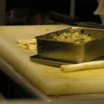 満州王 - 餃子の具です。注文受けてから皮に包みます。
