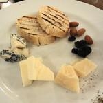 ピッツェリア キアッキェローネ - 残ったワインをいただく用のチーズ 量も調整してくれた