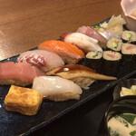 大衆酒場 そら - お寿司は8貫+巻物が6つ。