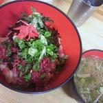 まるくま商店 - 980円馬力丼(ばりきどんぶり)ユッケがのってます。ご飯は少なくしてもらいました。
