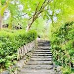 151885914 - ◎円山公園の石段を下るとお弟子さんがお迎えに立っている。