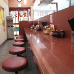 まるうまラーメン - 入り口付近に小さなテーブルがありますが、カウンター席がメインです。