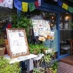 イーマサラ - カラフルなお店の外観。