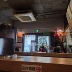 さっぽろラーメン 桑名 - コの字カウンターの一番奥から玄関を。