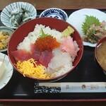 151892147 - 三色丼(まぐろ・すずき・いくら)