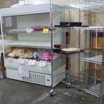 定食や おかだ - 食器の返却棚と漬け物などの販売