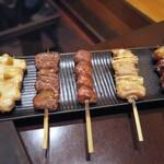 けむり - 右から、ボンジリ、もも、砂、はつ、さび(胸肉の生姜醤油)