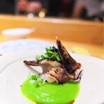 やまぐち - とり貝の大徳寺納豆のパウダー掛け、うすい豆のソースで。