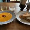 イトマ モーニング アンド ナイト - 料理写真:リンゴジュースにチャイ。全粒粉のパンにオレガノとサワークリームのソース