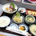 大衆割烹 ひかり - ランチは、日替わり(1000円)のみ。 ◆お刺身盛り合わせ、銀ダラのWメインに小鉢まで付いて1000円。しかも「ご飯」はお代わり可能。