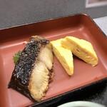 大衆割烹 ひかり - ◆銀ダラと玉子焼・・銀ダラは定食で頂いてもお高いので、薄めの切り身とはいえこれを頂けるのは嬉しい。 お味付けもよく美味しい。
