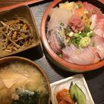 みぶろ - 料理写真:一番人気の海鮮丼 900円